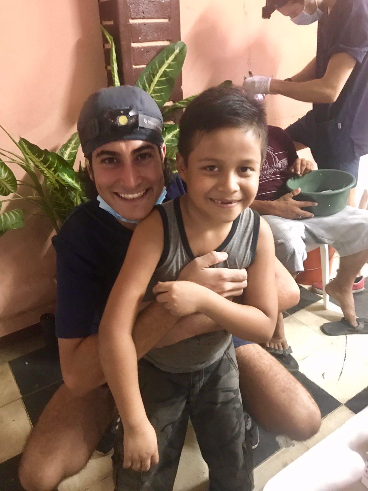 Mariano de l canto con un paciente en Nicaragua - Asociación Dentistas sin límites
