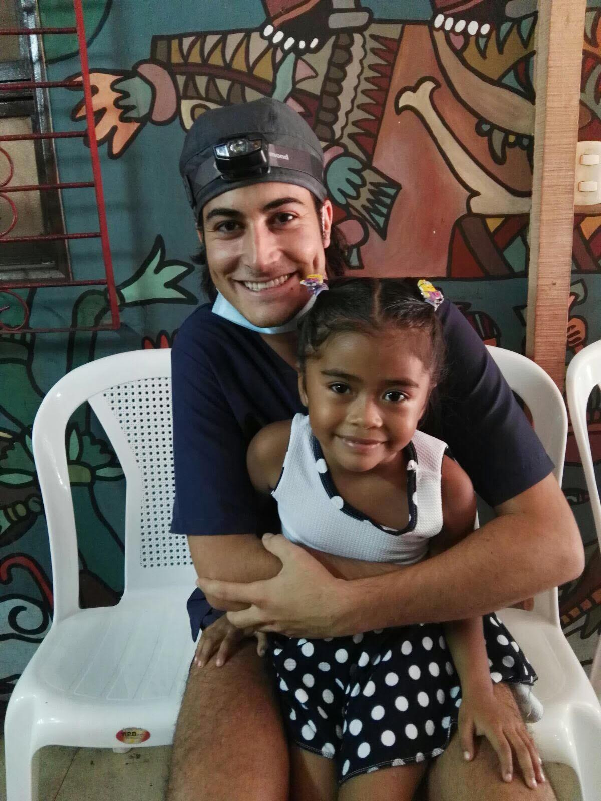 Mariano del Canto en Nicaragua con una paciente - Asociación Dentistas sin límites